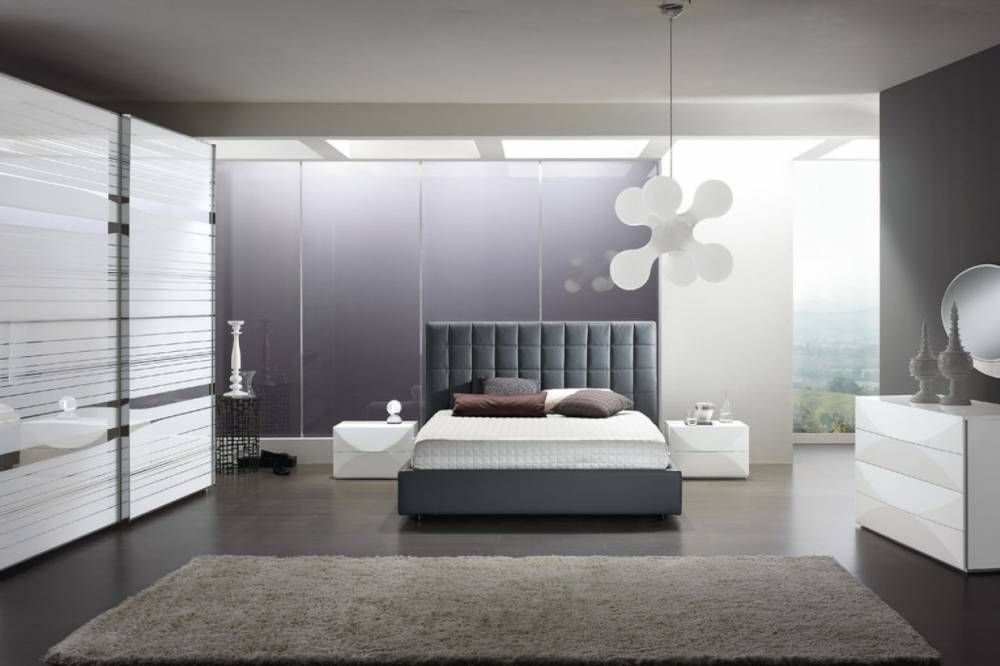 camera moderna con letto imbottito colore grigio