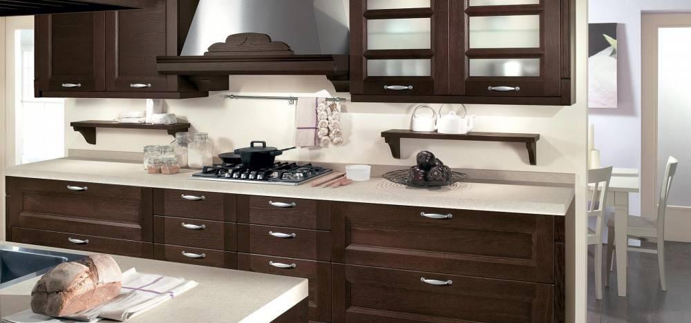 cucina su misura in tinta colore moro e miele