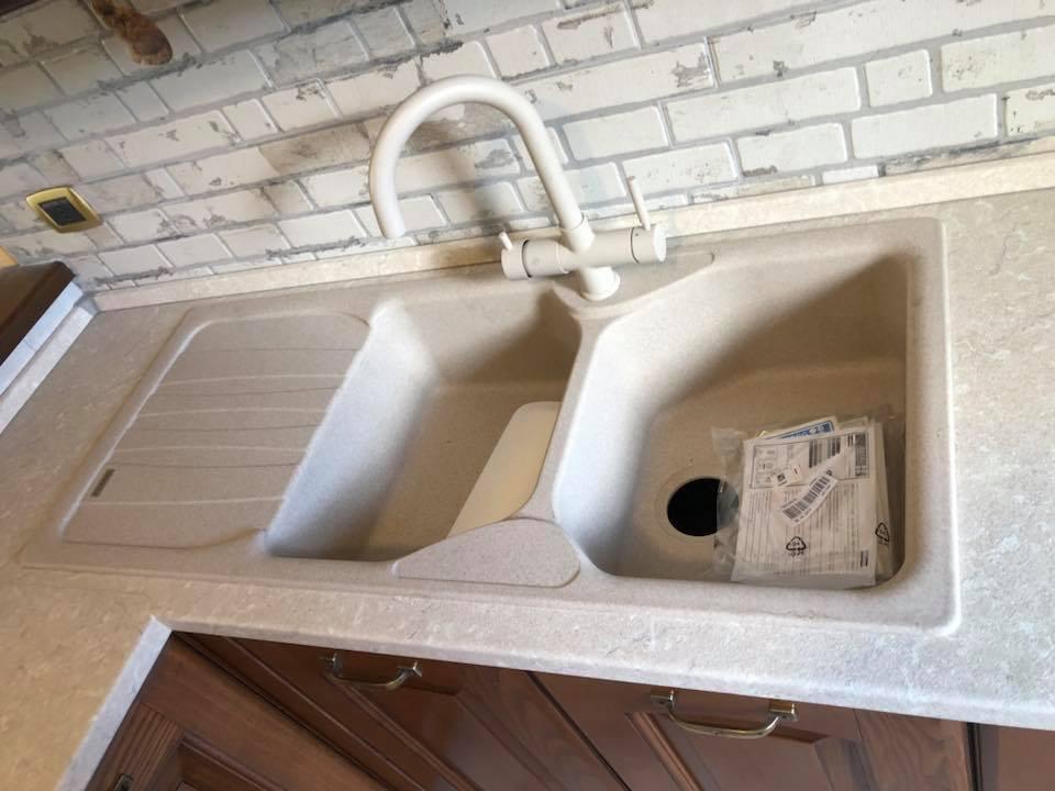 il particolare del lavello in cucina